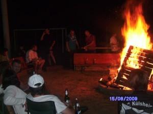 Lagerfeuer beim freien Zelten
