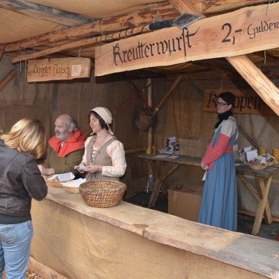 Manuela und Silke beim Verkauf am Grillstand