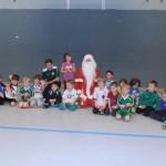 Die Kids mit dem Weihnachtsmann und Trainer René